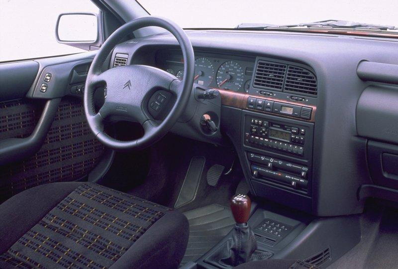 Intérieur d'une Xantia Activa phase 1 (avec sièges en velours Vendôme)